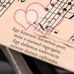 Egy kitartott harmónia pont, mint a szemed ragyogása. Egy dallamos szekvencia szívem őszinte vallomása.